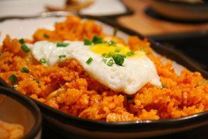 Huevos a la plancha sobre kimchi